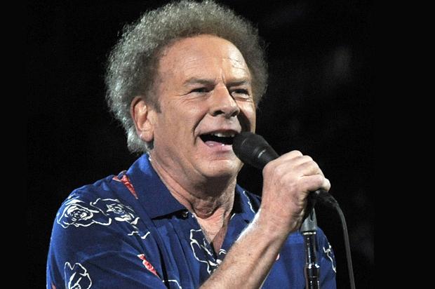 ARCHIV: US-Musiker Art Garfunkel tritt im Madison Square Garden in New York bei einem Konzert anlaesslich des 25-jaehrigen Jubilaeums der Rock & Roll Hall of Fame auf (Foto vom 29.10.09). Garfunkel feiert am Samstag (05.11.11) seinen siebzigsten Geburtstag. Foto: Henny Ray Abrams/AP/dapd