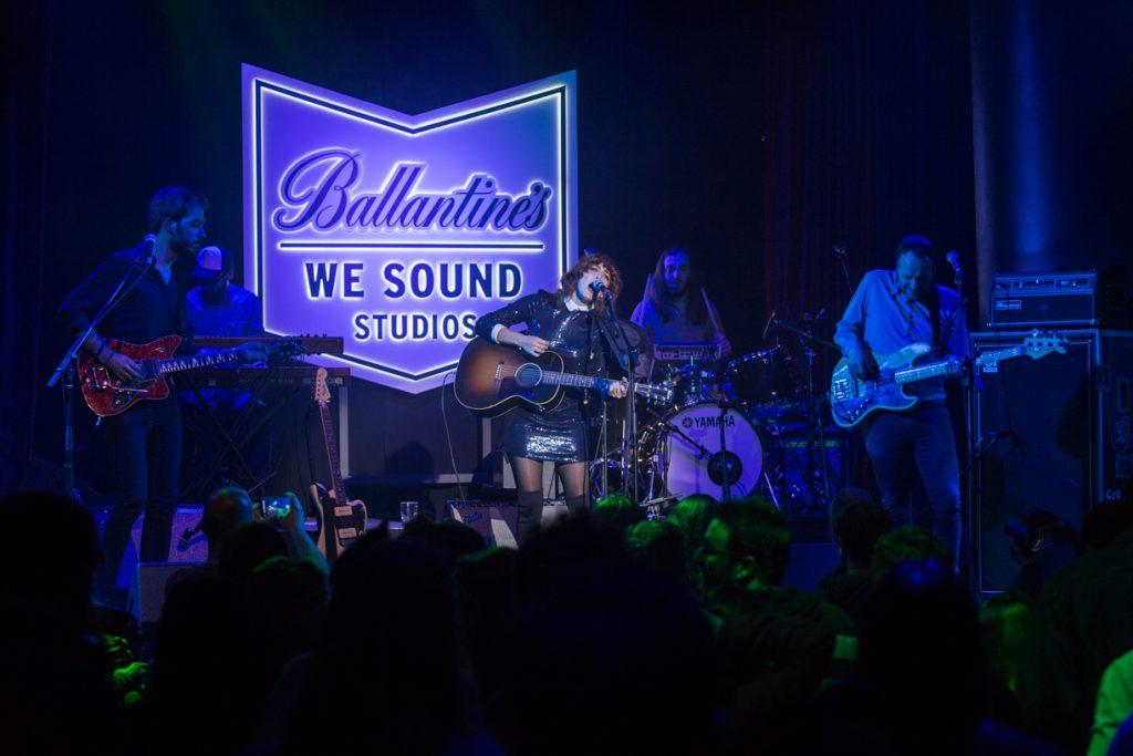 Anni B Sweet dentro de la presentación de Ballantine´s We Sound