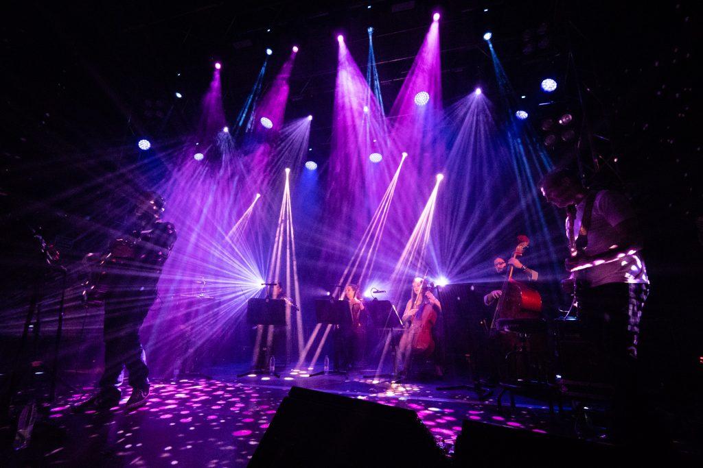 TIDAL presentó a los Planetas con una semana en el motor de un autobús en la joy eslava con quinteto de cuerda y piano