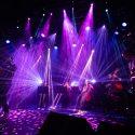 Los planetas en la sala joy eslava con quinteto de cuerda interpretando una semana en el motor de un autobús