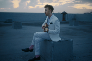 finneas nuevo video let´s fall in love for the night